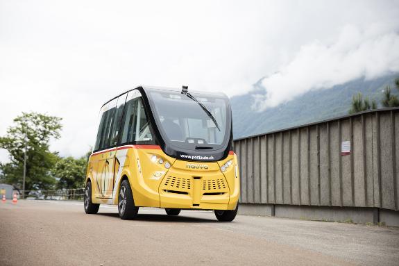Zwei autonome Busshuttle verkehren künftig in der Schweizer Gemeinde Sitten. Bild: PostAuto